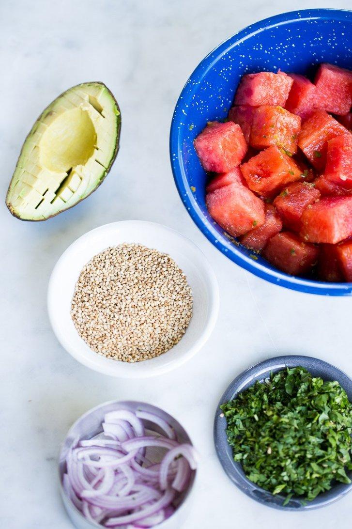 ingredientes de  poke bowl vegano con sandía.