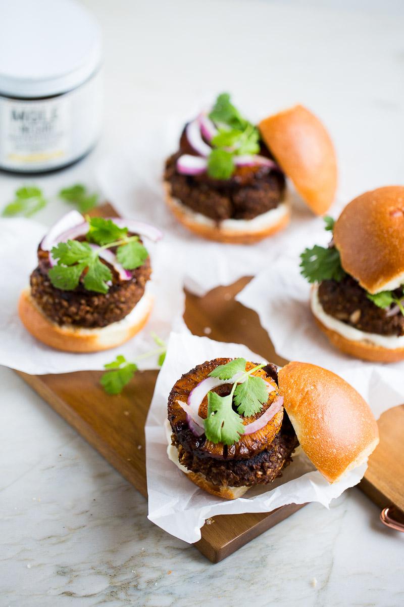 hamburguesas de frijol con mole y piña asada