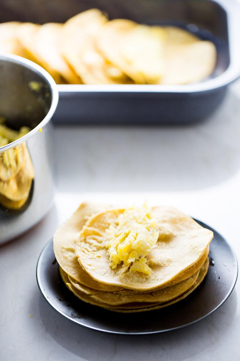 tortillas con puré de plátano macho sobre un plato negro