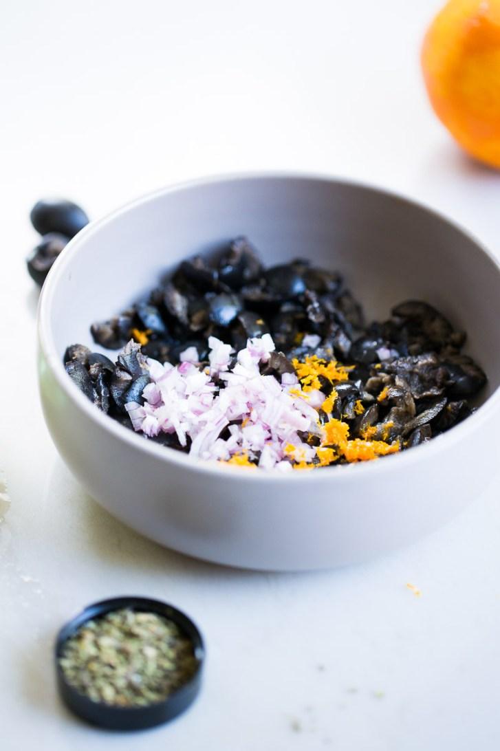 Receta de la coliflor rostizada con salsa de aceituna negra .
