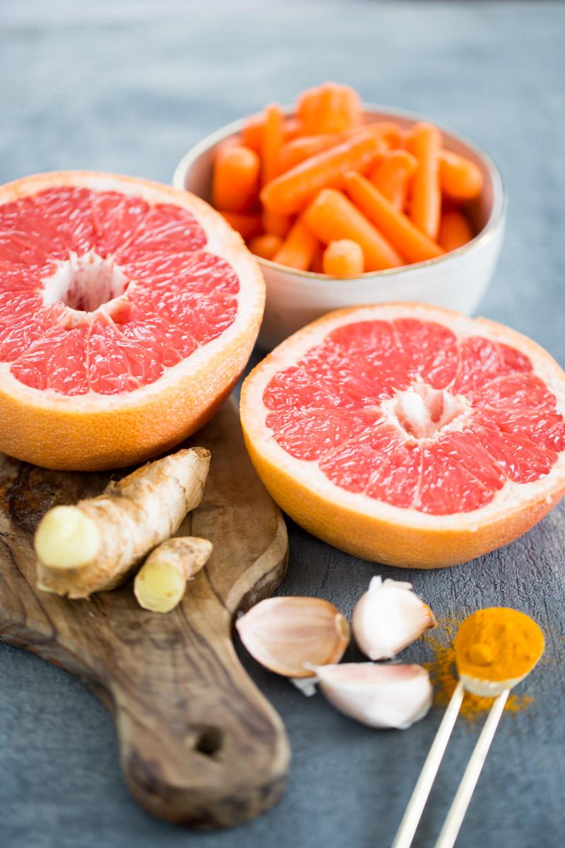 foto de toronjas, zanahorias, jengibre y curcuma
