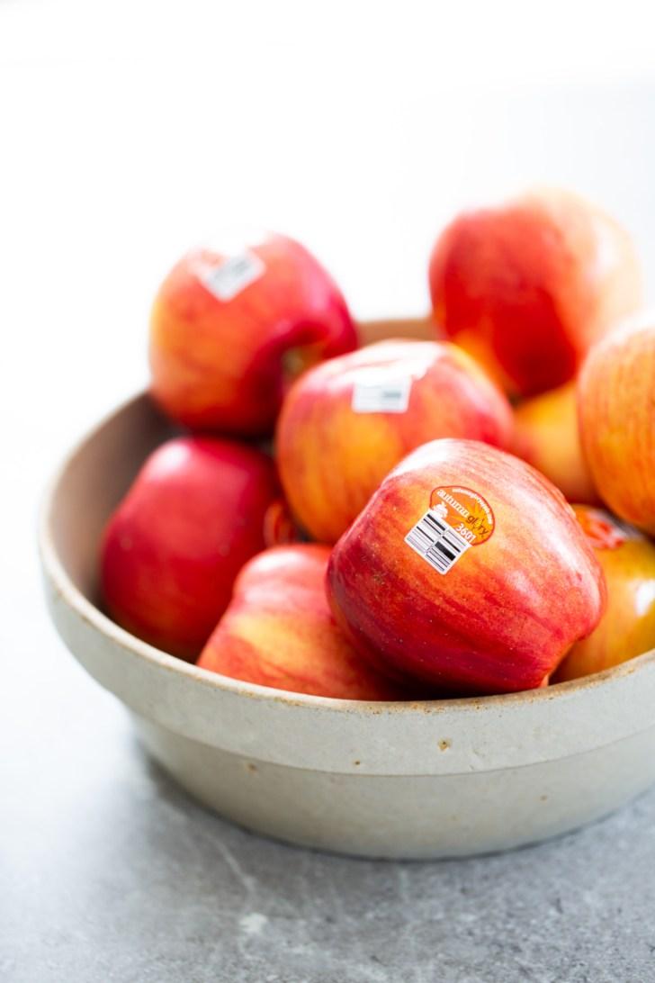 Un platón con manzanas
