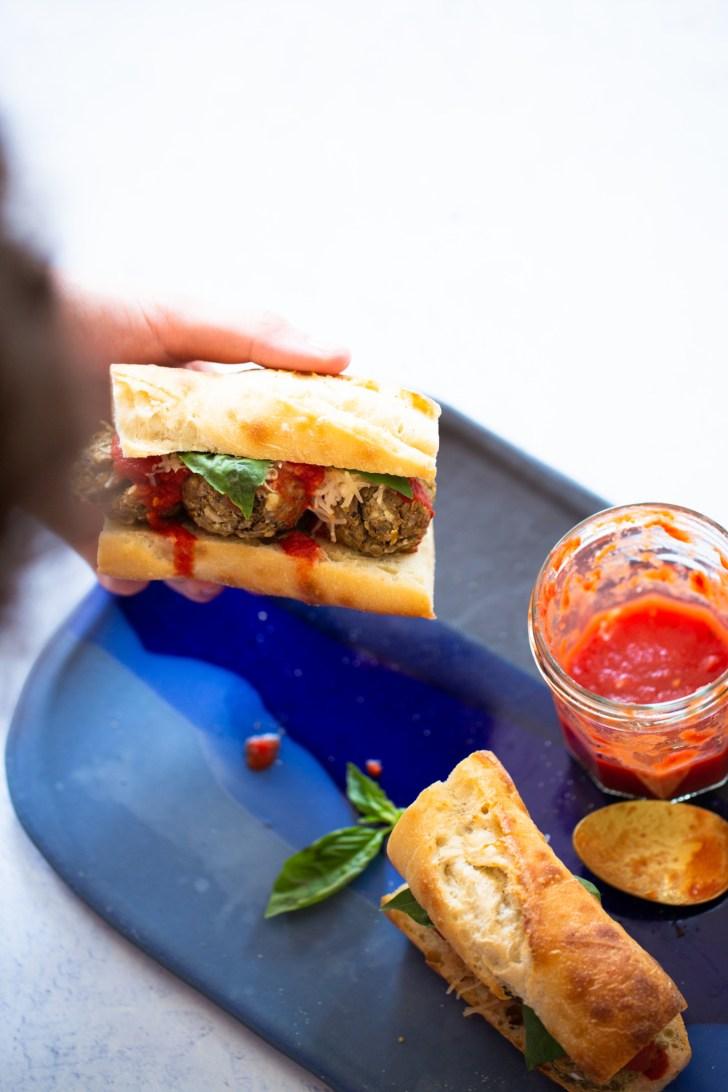 Baguette con albondigas veganas y salsa de tomate