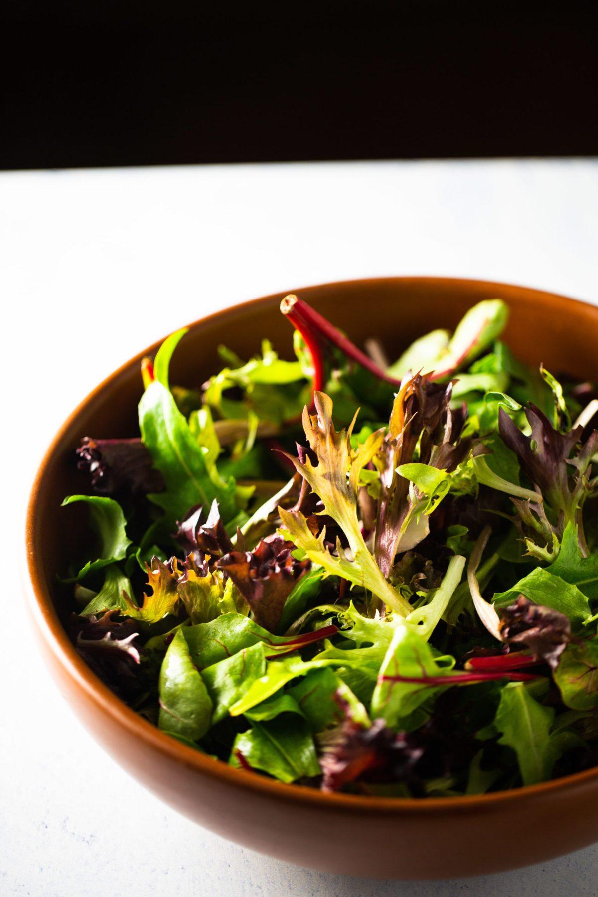 un bowl con hojas verdes