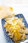 poniendo queso vegano en tortillitas de maiz