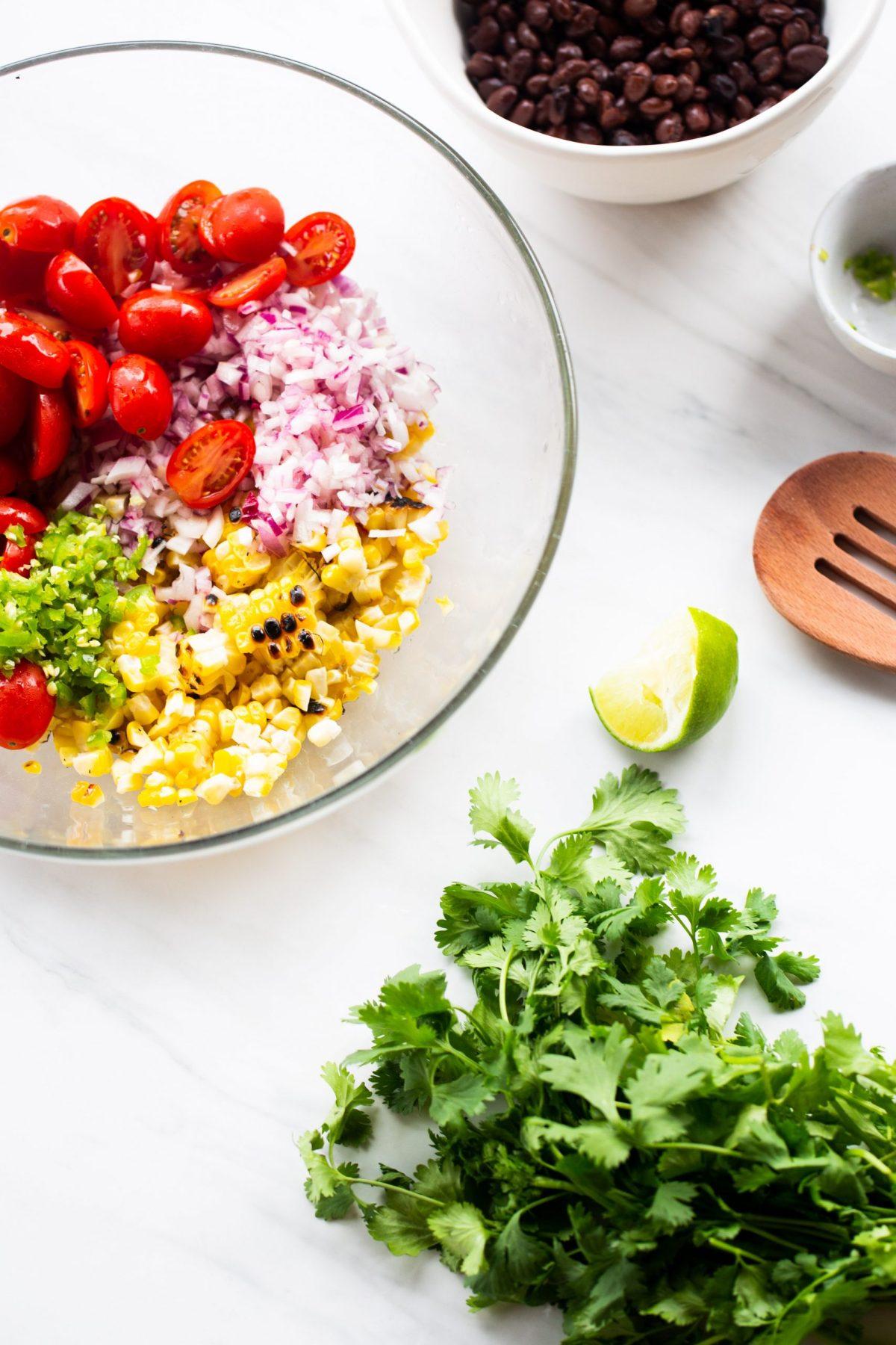 tazón con ingredientes mexicanos