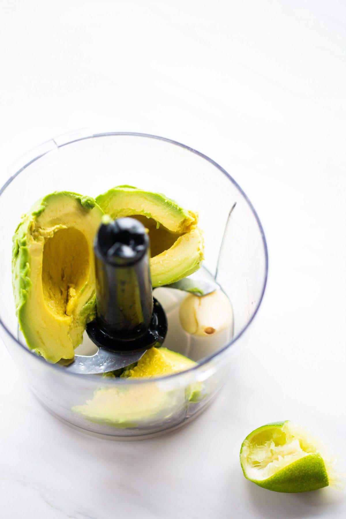 aguacate, ajo y limón en un tazón