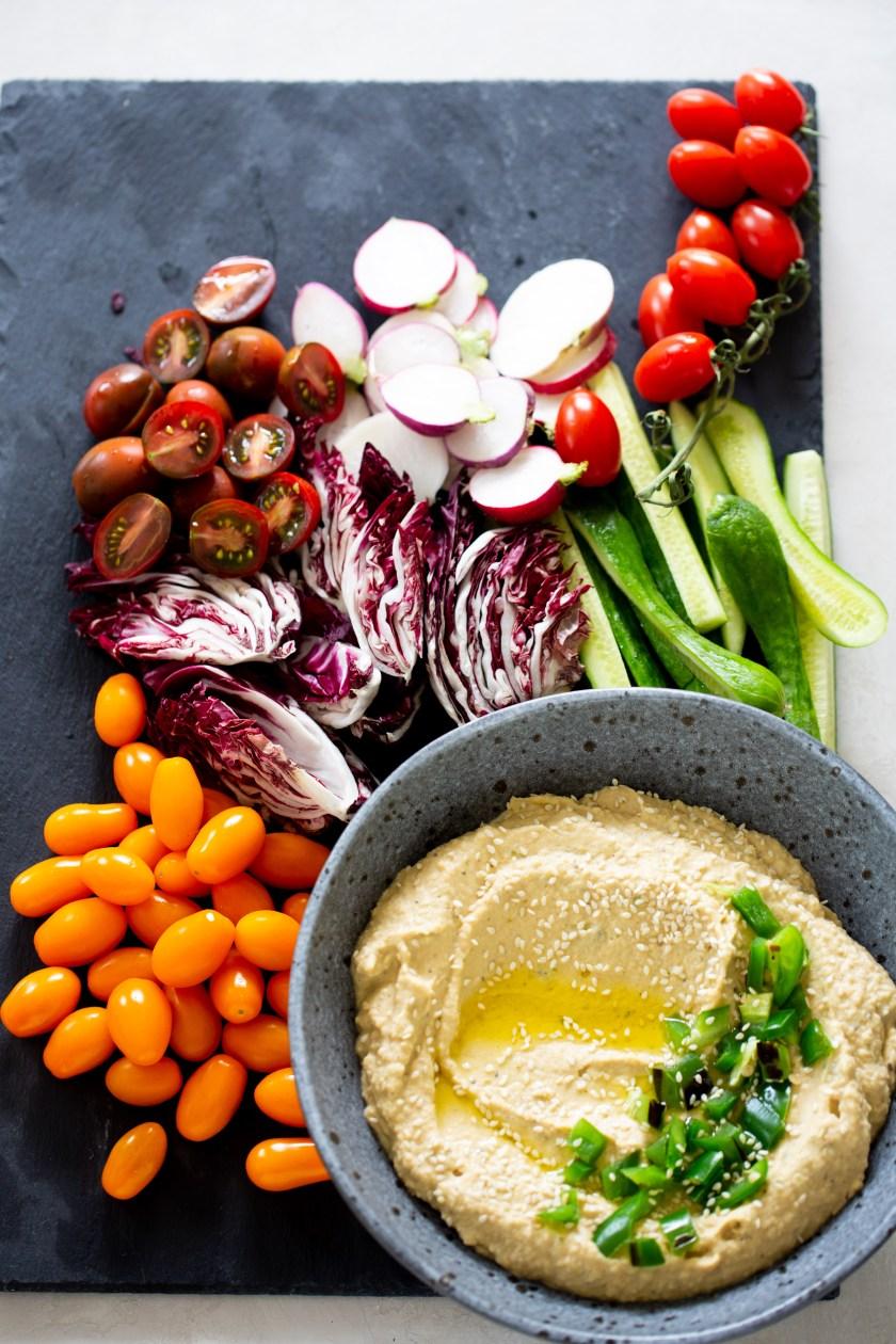 Plato de verduras con hummus con jalapeño