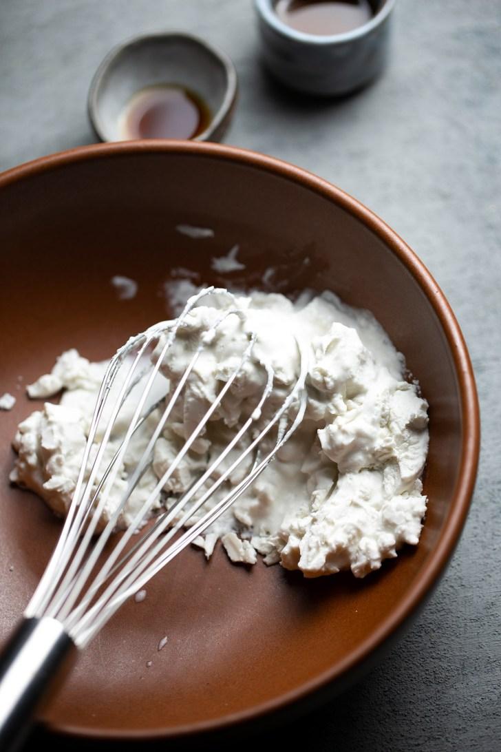 Esponjando la crema de coco con un globo de cocina