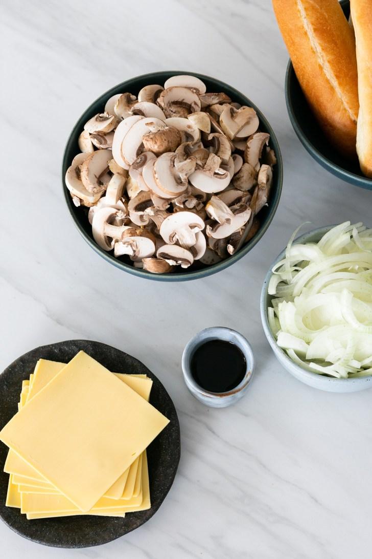 Ingredientes para hacer un sandwich de champiñón