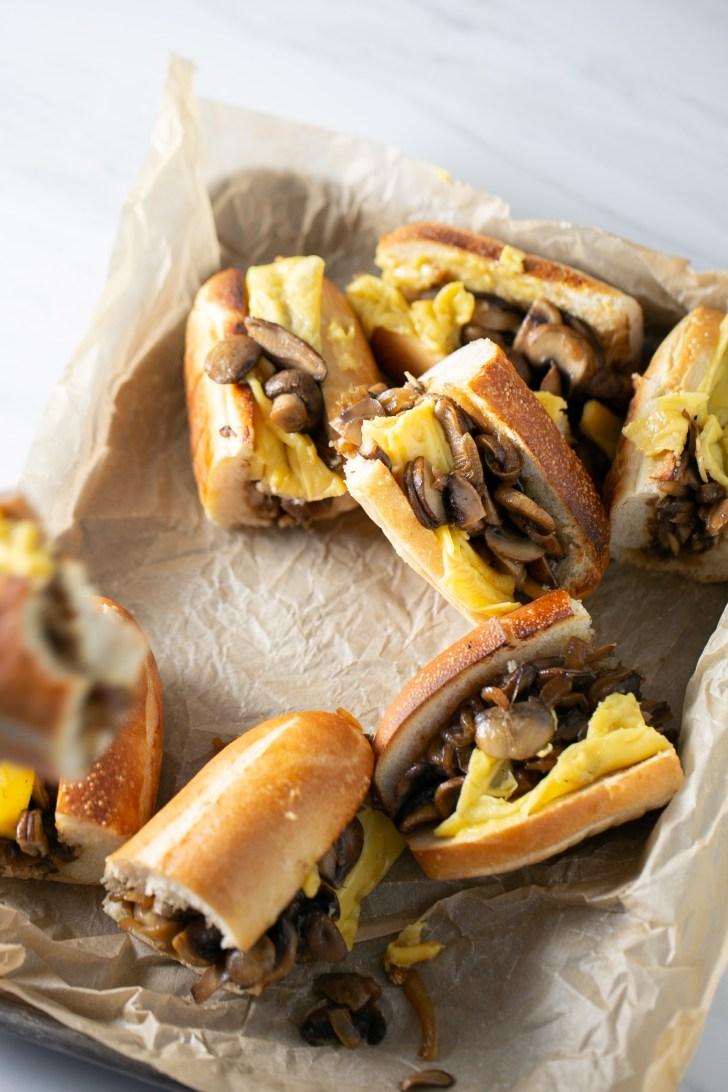 Sandwich de champiñones con cebolla y queso vegano