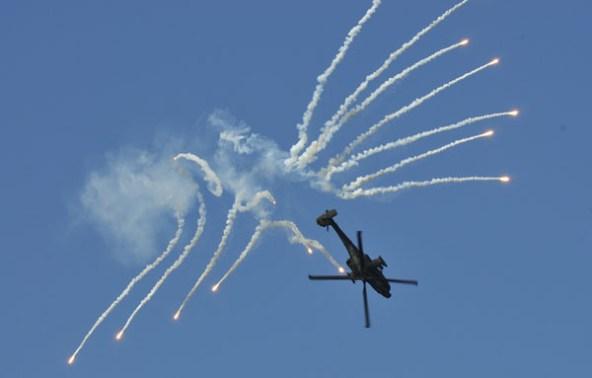 Een Nederlandse AH-64D Apache trakteert op vuurwerk.