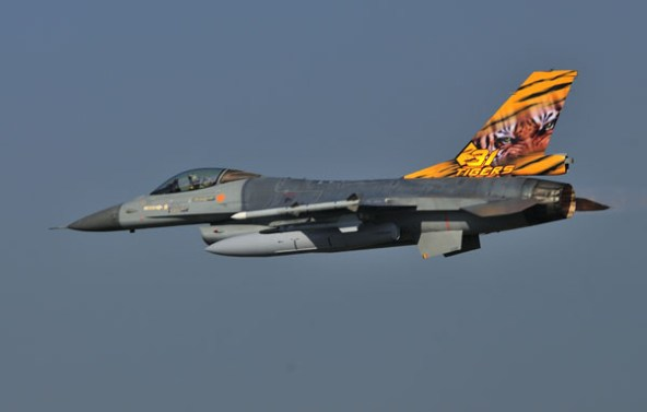 Een F-16AM van 31 smaldeel showt haar tiger art.