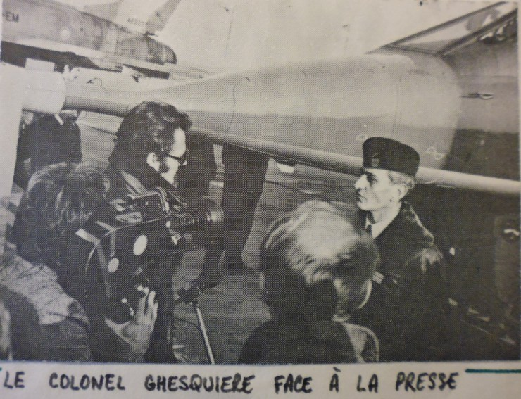 Le commandant de base face à la presse