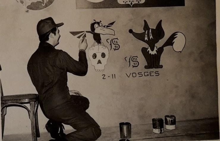 Campagne de tir ; Jeanjean en train de peindre les 2 insignes