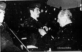 Le général BIGEARD remet l'insigne de la BA 136