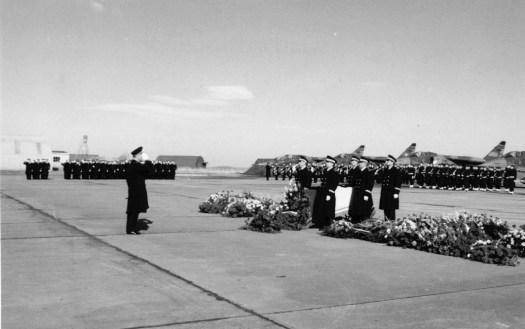 Le cercueil sur le parking, avant la cérémonie religieuse.