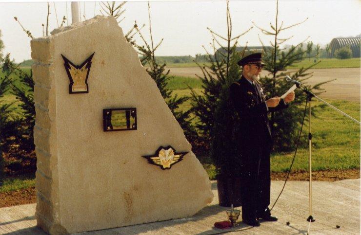 Le père DERULE lors de l'inauguration de la stèle du 1/11