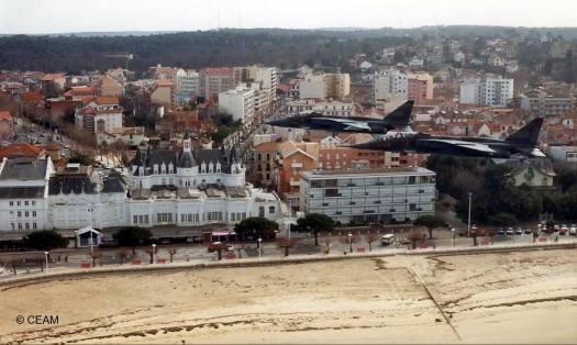 Jaguar au dessus de la plage Arcachon. Bonnes vacances !