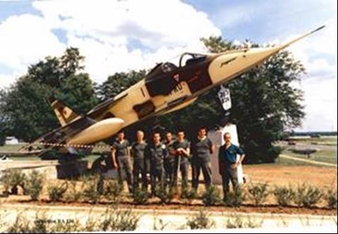 Le Jaguar sur stèle et l'équipe qui l'a installé