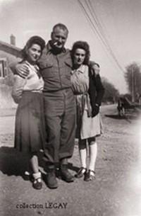 Soldat US avec 2 jeunes habitantes de Rosières