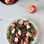 Ensalada veraniega de nectarinas, rúcula, cecina y burrata