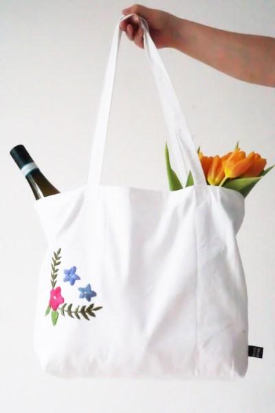 Einkaufstasche mit Blumenmuster besticken als Fashion Upcycling Projekt