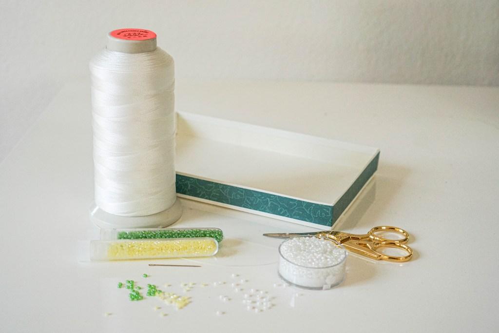 Perlen weben ohne Webrahmen mit einer Pralinenschachtel als Upcycling