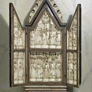 Arte degli Embriachi (sec. XIV – XV), Annunciazione, Crocifissione, Orazione nell'orto e Santi. Negli sportelli due angeli oranti