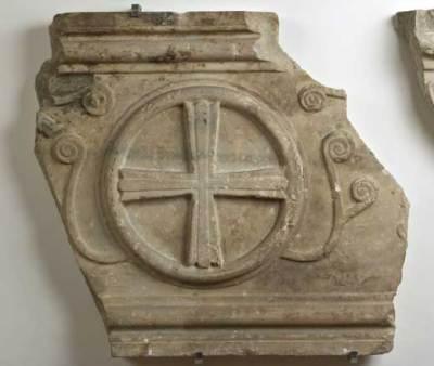 Anonimo bizantino- ravennate (sec. VII), Frammenti di sarcofago raffiguranti la Croce e motivi naturalistici