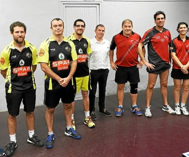 De droite à gauche : Nicolas Souchon, Virginie Bailly, Bertrand Lautridou, Bruno Raphalen, Frédéric Joncour, le président du club et les joueurs de Tourc'h-Elliant.