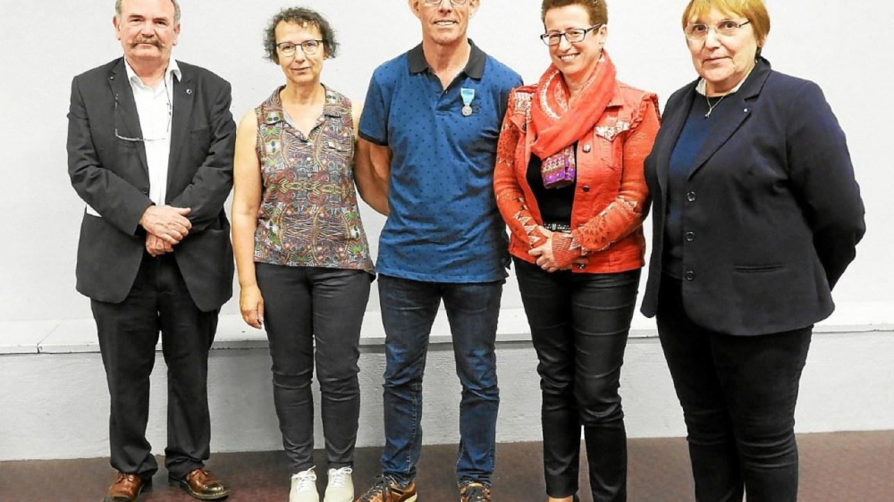 De gauche à droite, Renan Thépaut, président de la Ligue de Bretagne, Mme Le Pape, Gérard Le Pape, Josiane Kerloch, maire et Micheline Saffre, présidente du Comité départemental de la jeunesse, des sports et de l'engagement associatif.