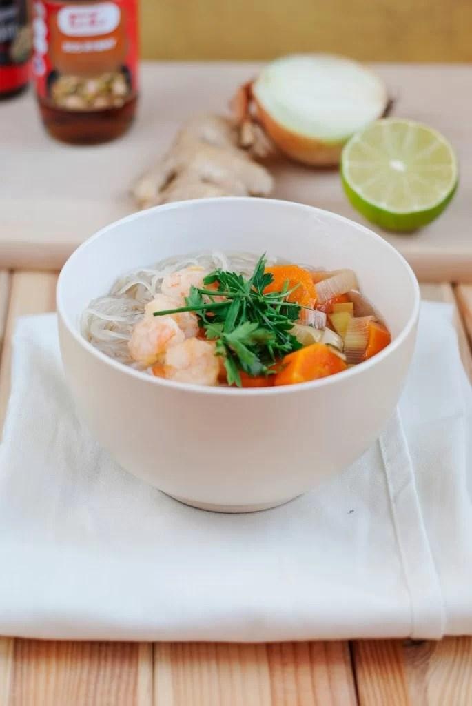 Zupa tajska z ryzowym makaronem