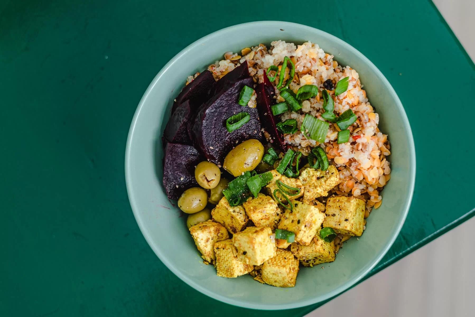 Buddha bowl z kaszą gryczaną i tofu