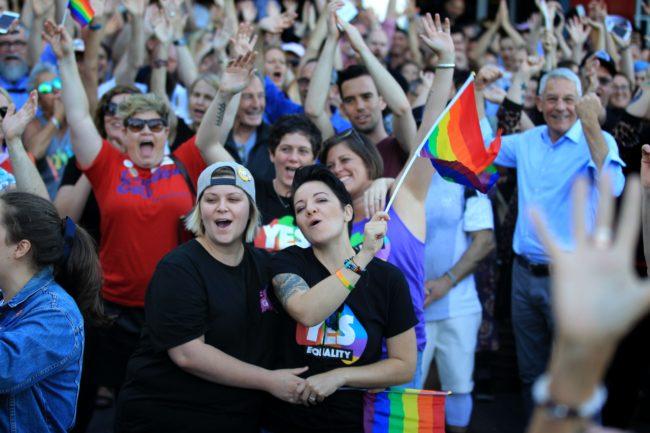 SYDNEY, AUSTRALIA - 15 DE NOVIEMBRE: Las muchedumbres que apoyan la encuesta del mismo sexo del matrimonio escuchan a políticos y abogados en Taylor Square en el corazón del recinto gay de Sydney el 15 de noviembre de 2017 en Sydney, Australia. Los australianos han votado a favor de que se modifiquen las leyes matrimoniales para permitir el matrimonio entre personas del mismo sexo, con el voto del Sí que reclama un 61.6% a un 38.4% por No votar. A pesar de la victoria del Sí, el resultado de la Encuesta Postal de la Ley de Matrimonios de Australia no es vinculante, y el proceso para cambiar las leyes actuales se trasladará al Parlamento australiano en Canberra.