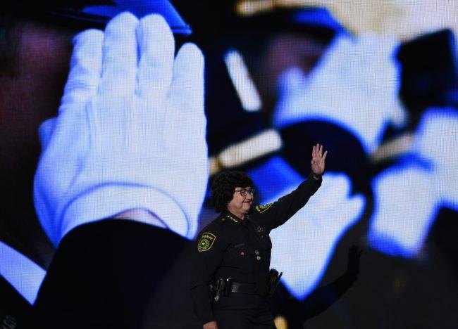 El sheriff de Dallas Lupe Valdez llega al escenario para dirigirse a los delegados en el cuarto y último día de la Convención Nacional Demócrata en el Wells Fargo Center el 28 de julio de 2016 en Filadelfia, Pensilvania. / AFP / SAUL LOEB (El crédito de la foto debe leer SAUL LOEB / AFP / Getty Images)