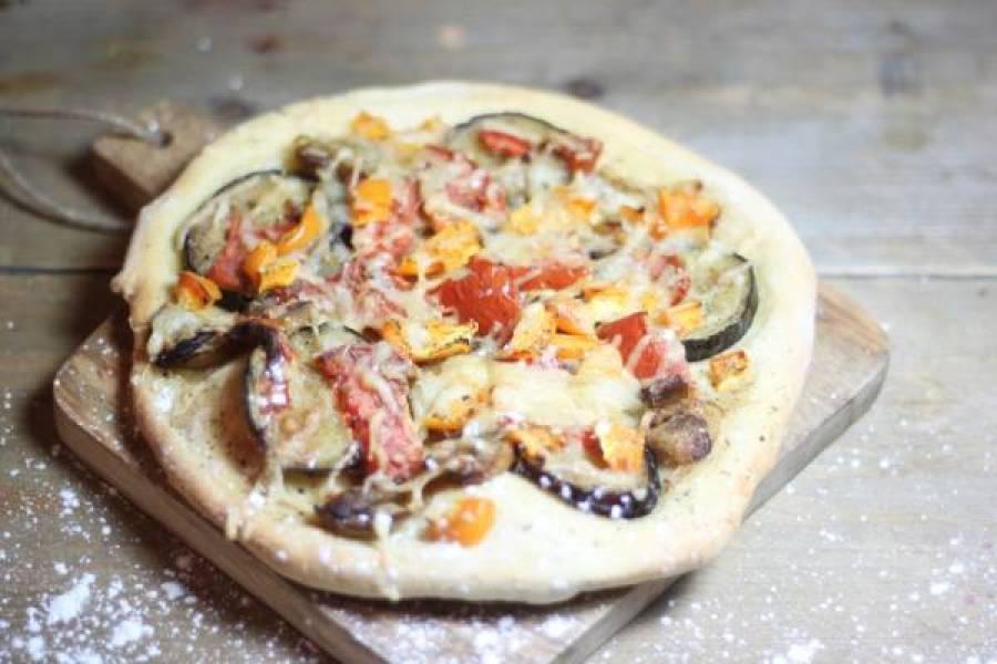 homemade flatbread pizza with veggies - De 25 lekkerste hapjes voor een gezellig feestje