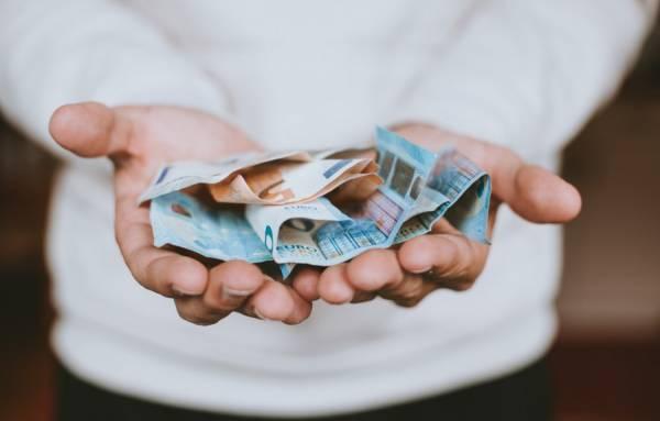 Briefgeld euros uitgestrekte handen Unsplash1527788263495 ChristianDubovan - Het wereldvreemde kind