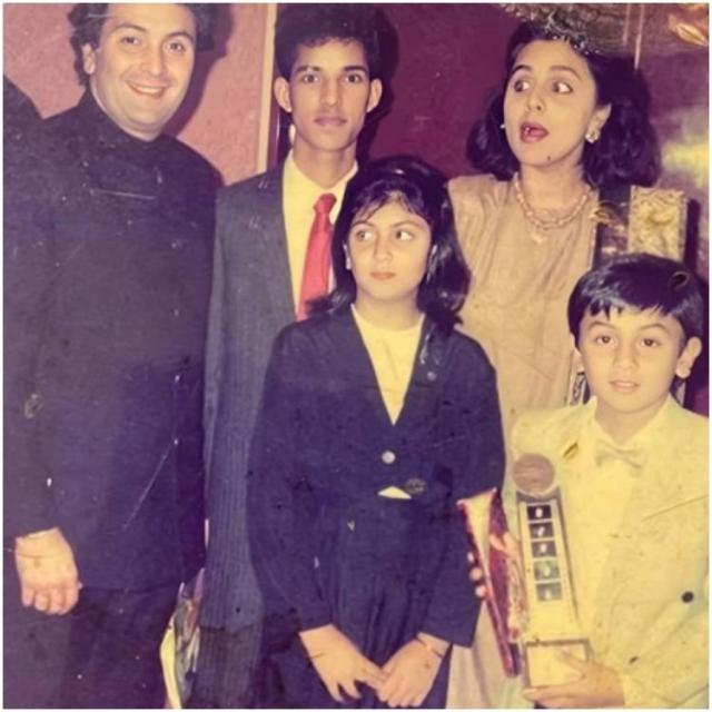 Ranbir Kapoor holding a trophy in a childhood photo with Rishi Kapoor, Neetu Kapoor and Riddhima is pure gold