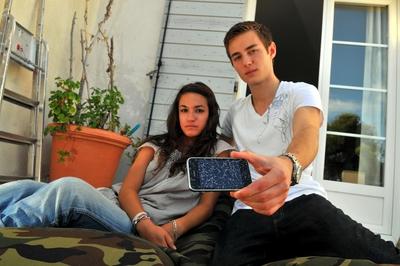 Romano e Delphine mostrano al fotografo del quotidiano La Provence, Serge Mercier, quel che resta dell'iPhone dopo l'esplosione.