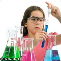 Bambina studia chimica