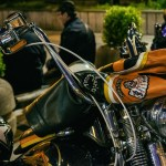 giubbotto e casco appoggiate su una moto