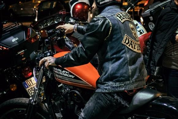 bikers mentre cerca di parcheggiare