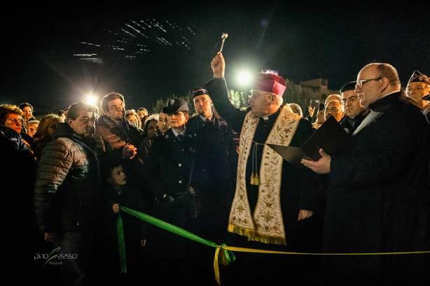 vescovo che benedice la casa di francesco