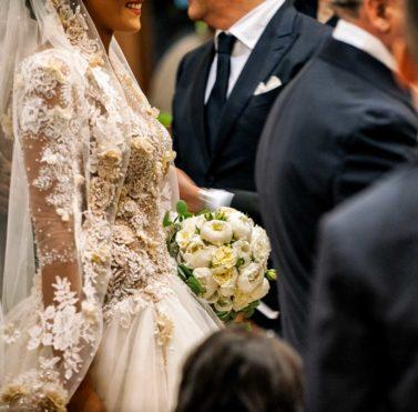 una sposa percorre la navata della chiesa
