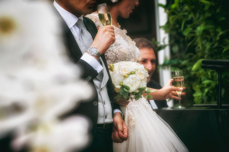 una sposa che posa un bicchiere durante il wedding