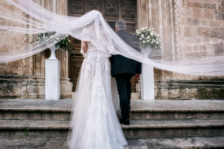 il vento fa volare il velo della sposa durante il wedding