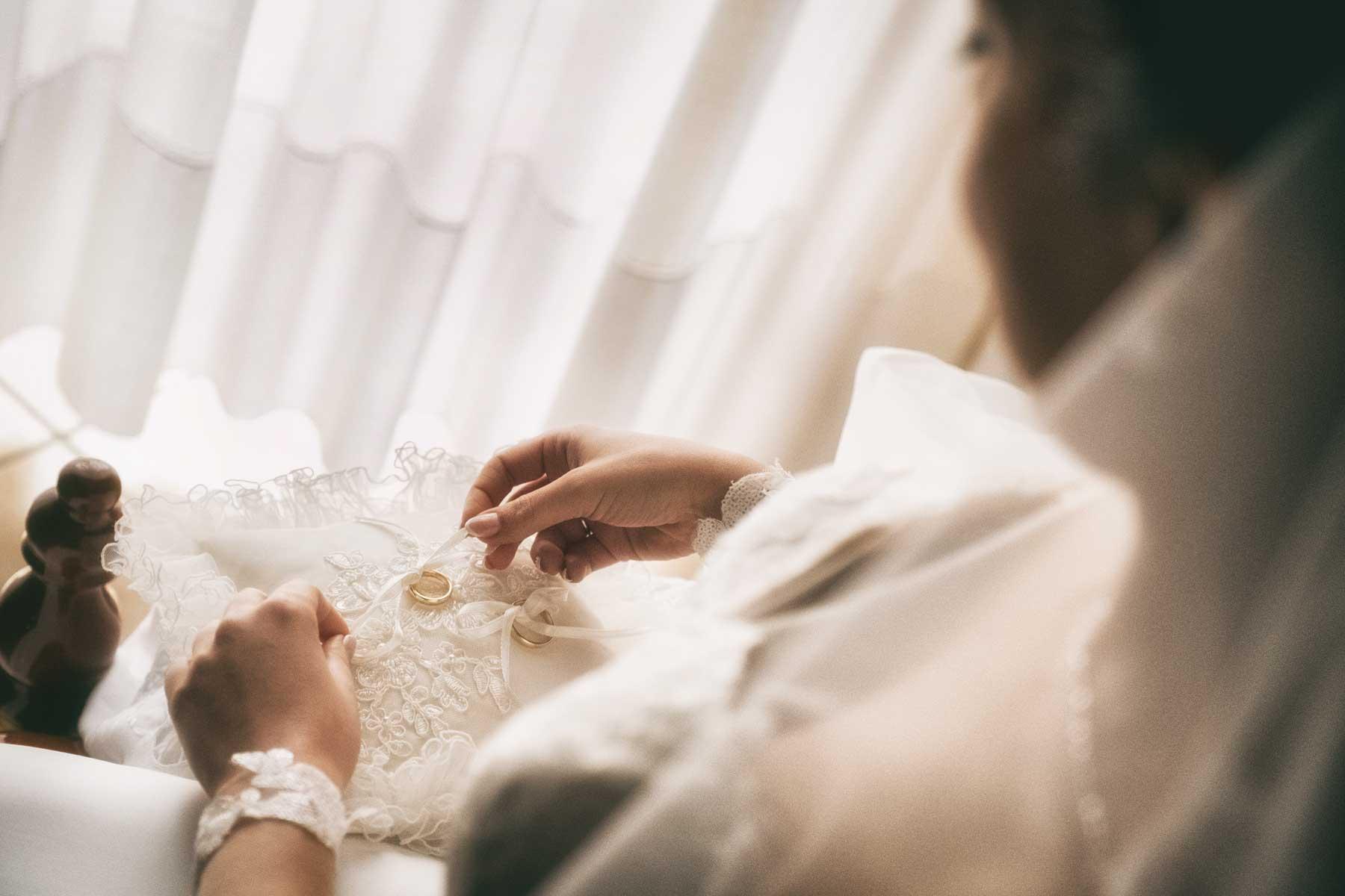 la sposa lega gli anelli sul cuscino