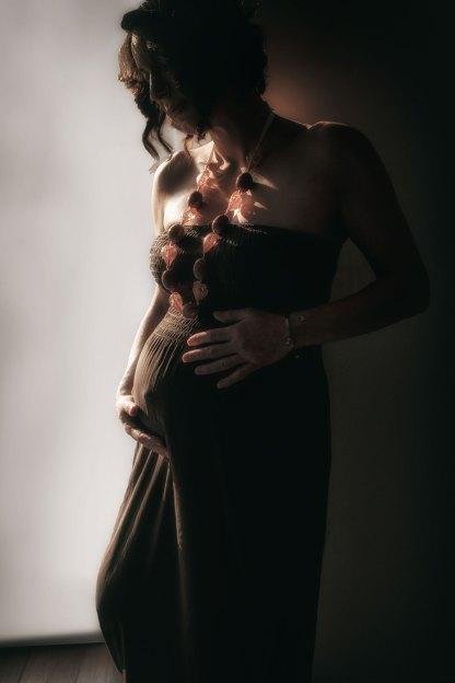una donna in gravidanza con un vestito marrone