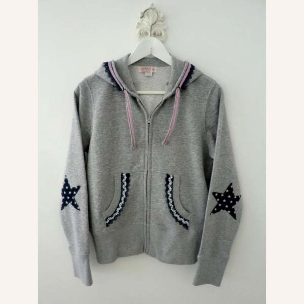 chaqueta-sudadera-gris-capucha-coderas-estrellas_PintandoUnaMama